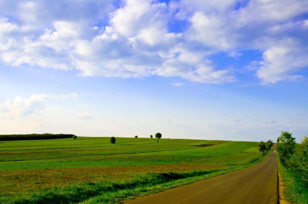Letni pejzaż #krajobraz #pejzaż #niebo #droga #chmury