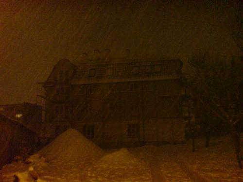 Zadymka #zadymka #śnieg #ciemno #budynek #kamienica
