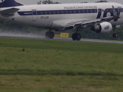 Przykładowe zdjęcie wykonane obiektywem Pentacon 4/300 #pzk #samolot #lądowanie