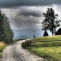 góry #domek #drzewo #góry #spacer