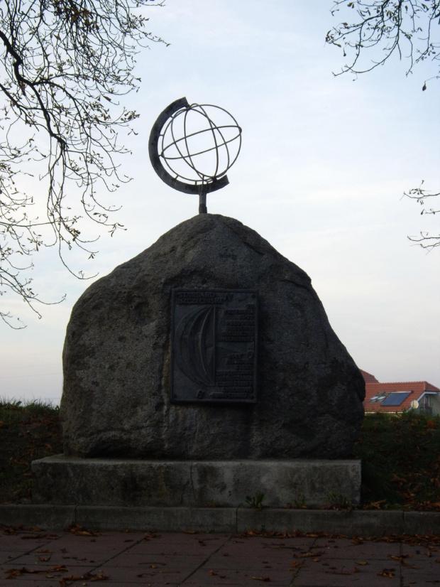 Pomnik wyznaczający przebieg 15. południka długości geograficznej wschodniej, położony przy ul. Szczecińskiej w Stargardzie. #Stargard