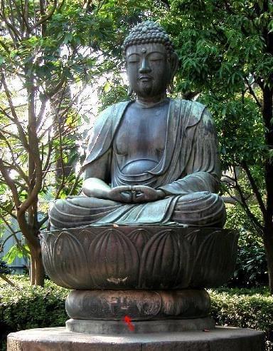 Starożytny posąg Buddy - swastyka