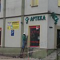 Trwają prace rozbiórkowe przy rozbiórce d. Apteki Toruńskiej (ob. w Domu Zdrowia). Zaplecze apteki zostało odgrodzone, trwały pracy przy użyciu młotów pneumatycznych. #budowa #toruń #TrasaŚrednicowa