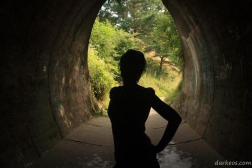 #postać #osoba #akt #tunel #wiosna #lato #CzarnaPostać #portret #wakacje #ArtystycznyPortret