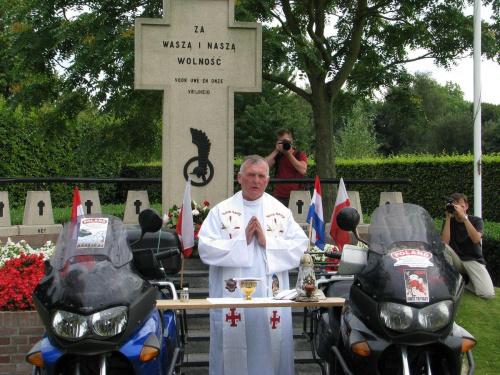 Msza koło grobu generała Maczka - Etteseeban #RajdMaczka #GenerałMaczek