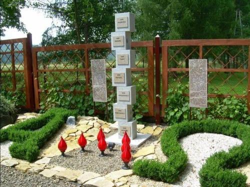 Ogród kończy się obrazem zesłania Ducha Świętego i literami ALFA i OMEGA symbolami Boga ...